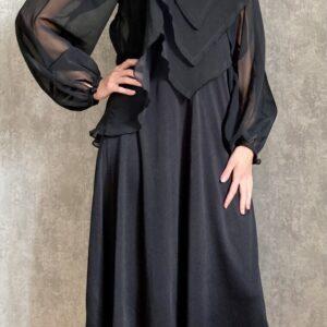 Černé šaty s pírky č. 106